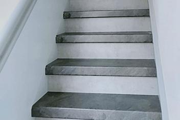 Betonlook licht met RVS trapleuning