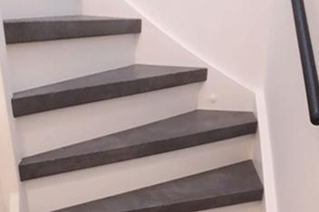 Traprenovatie met witte stootborden