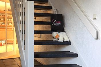 Open trap met zwarte overzettreden